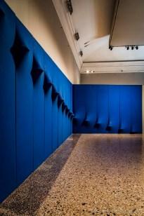 """Milano, Palazzo Reale. Agostino Bonalumi, Blu abitabile, opera di pittura-ambiente, realizzata per la mostra """"Lo Spazio dell'Immagine"""" di Foligno nel 1967"""