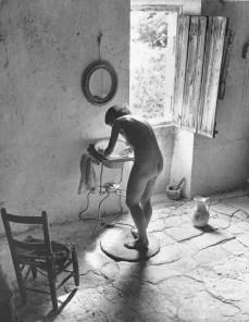Willy Ronis, Le Nu provençal, Gordes, 1949. Ministère de la Culture / Médiathèque de l'architecture et du patrimoine / Dist RMN-GP © Donation Willy Ronis