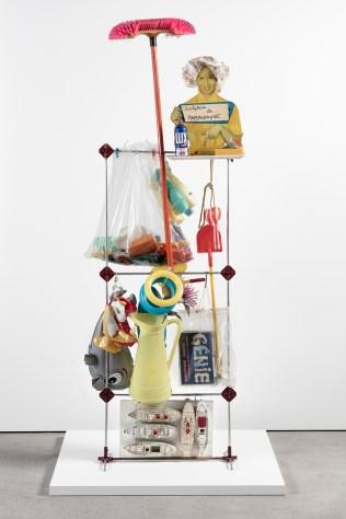 Martial Raysse, Etalage Hygiène de la vision 1960. Assemblaggio di vari oggetti 210 x 80 x 40 cm. © 2018 Prolitteris, Zurich