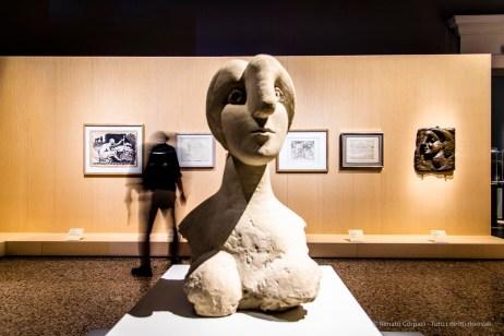 In primo piano: Pablo Picasso, Busto di donna (1931). Cemento; 78 x 44,5 x 50 cm; inv. MP299. Paris, Musée National Picasso. A dx: Pablo Picasso, Testa di donna di profilo (Marie- Thérèse) (1931) MP297 Paris, Musée National Picasso