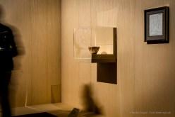 """Sx: Anonimo, Skyphos a figure nere, detto """"Skyphos Rayet"""", raffigurante Teseo e il Minotauro (550 a.C. circa) terracotta; 11, 5 x 24,5 cm; diam.16,5 cm; inv. MNC 675. Paris, Louvre, Départements des Antiquités greques, étrusques romaines. Dx: Pablo Picasso, Il Minotauro pensieroso (30 aprile 1958) matita su carta; 27 x 21 cm; inv. 5852 Collezione privata"""