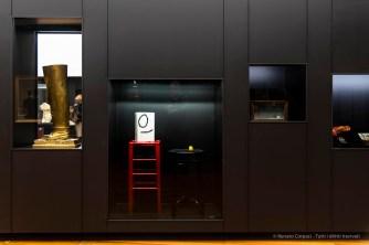 A sx: Renè Magritte, La puits de la vérité, 1967. Bronzo 82,5 x 41,7 x 25,3 cm, ed 3/5; al centro: Joan Mirò, Monsieur et madame, 1969 Bronzo dipinto 99x31x31 (sinistra) 68x38x38 (destra); a dx: Joseph Cornell, Untitled (for Chiarina, 1958. Legno, gesso, carta, sughero, metallo, vetro, pittura e chiodi, 20,3 x 36,2 x9,5 cm. Rotterdam, Museo Boijmans Van Beuningen; più a dx, s'intravede: Salvador Dalì, Telefono Astice, 1938. Telefono, acciaio, gomma, resina e carta 18x31x12,5. West Dean College, parte della Edward James Foundation.