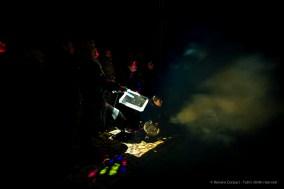 Tommaso Trak - Italia: DE LUME. Una grande proiezione di luce e immagini si riflette sugli specchi, consegnati ai visitatori.