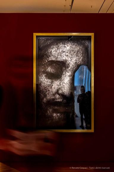 Robert Longo, Untitled (Head o Christ) 2019. Carboncino su carta intelaiata, cornice in foglia d'orolavorata a mano / Charcoal on mounted paper, handcrafted gold leaf. 199,1 x 122,9 x 7,6 cm