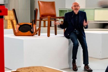 Mario Bellini di fronte a una sua creazione, la sedia, 412 CAB, 1977 Cassina