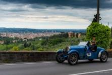 Barbara Ruffini e Juan Tonconogy, terzi classificati alla 1000 Miglia, passano davanti a una bellissima veduta di Firenze con la loro Bugatti Type 40 del 1927