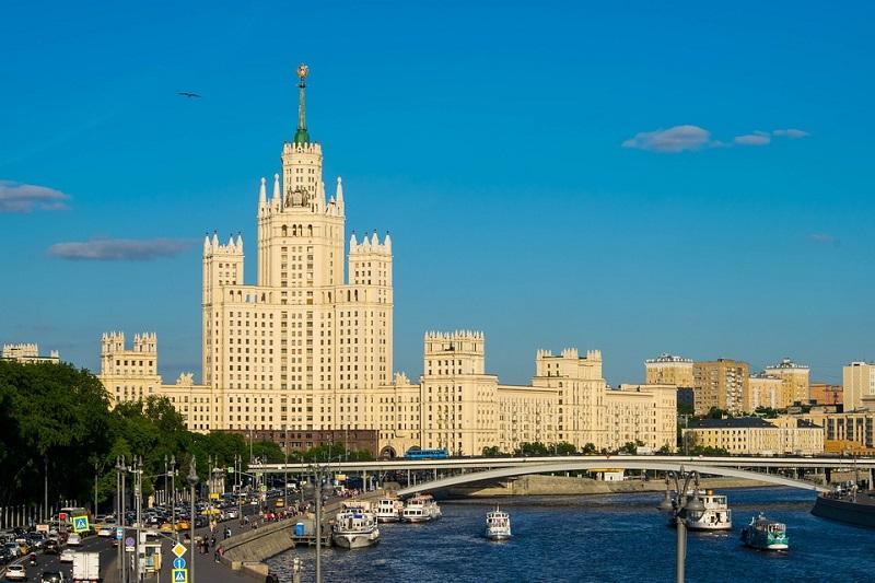 Vysotka sul lungofiume di Mosca