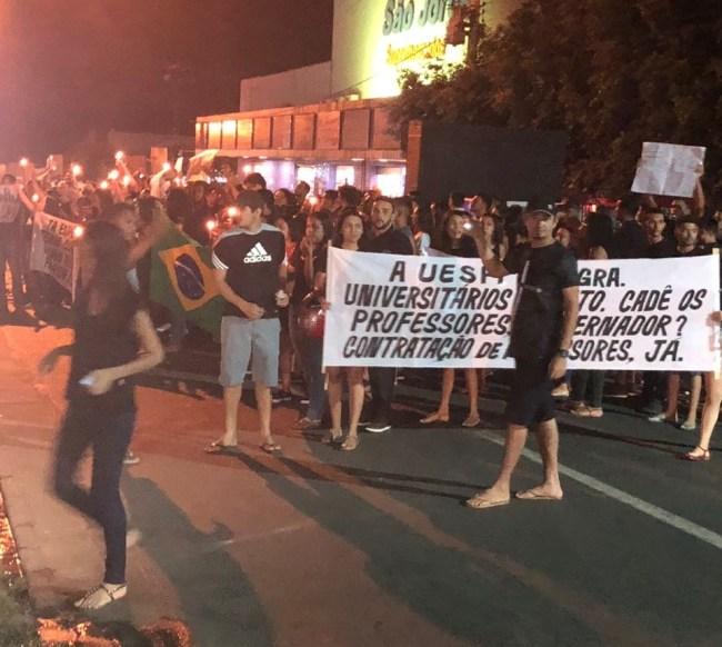 Os estudantes espalharam faixas pela cidade e acenderam velas em manifestação.