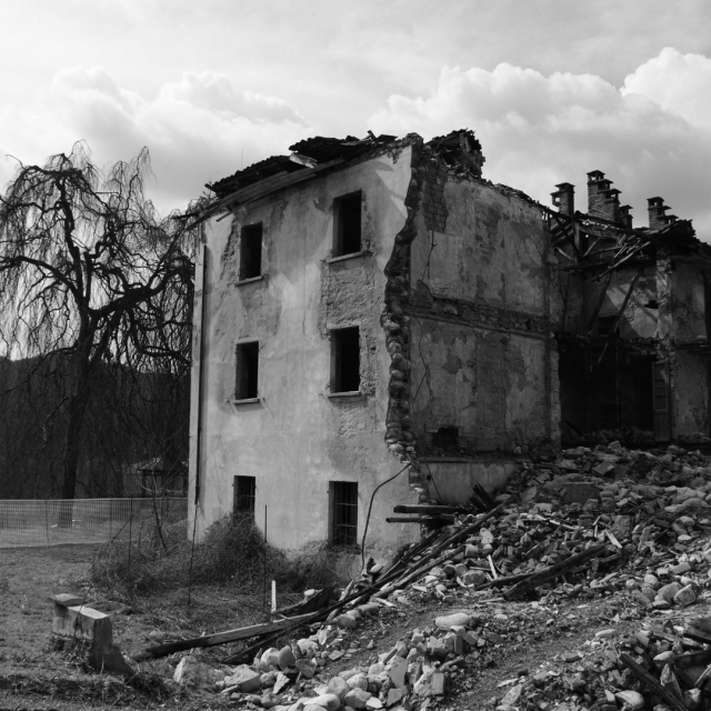 Casas destruidas tras el derrumbe.