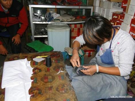 Reparando las sandalias Keen de David en Pingyao (China), llevaba menos de 2 meses con ellas