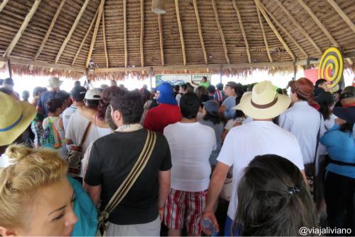 Esperando 1 hora que nos asignen lancha para ir a Puerto Nariño