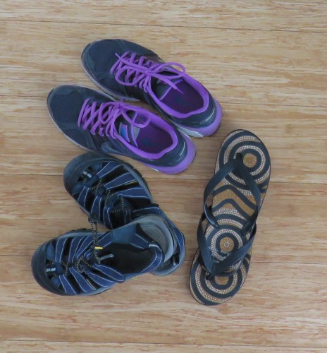 Unos tenis, unas sandalias y unos flip flops son suficientes para casi todos los viajes