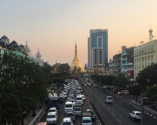 Atardecer en el centro al fondo la pagoda Sule