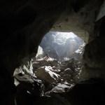 La entrada de la cueva, hay que subir bastantes escalones para llegar a ella