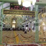 Mezquita del Sultán por dentro (en el tablero los horarios de oración según el mandamiento islámico, las mujeres tenían otro lugar separado en el segundo piso)