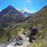 El camino rodeado de hermosas montañas