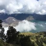 El lago Segara Anak (cráter del Rinjani) y el volcán Barujari