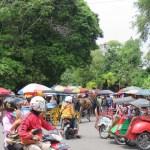El tráfico puede ser caótico porque además de los triciclos hay carrozas de caballos y motos