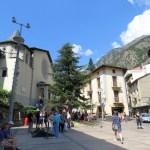 Andorra La Vieja tiene un pequeño centro histórico sin embargo la mayor parte de la ciudad está llena de almacenes de grandes marcas