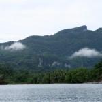En el recorrido en bote podemos apreciar las montañas bajo las cuales corre el río subterráneo