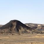 Dunas de arena cubiertas por piedras negras
