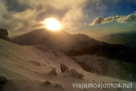 Paisajes entre ventisca. Esquí de fondo, una ruta de senderismo y trineos, y mucha diversión en la nieve en Navacerrada, Sierra de Guadarrama, Parque Nacional. Madrid