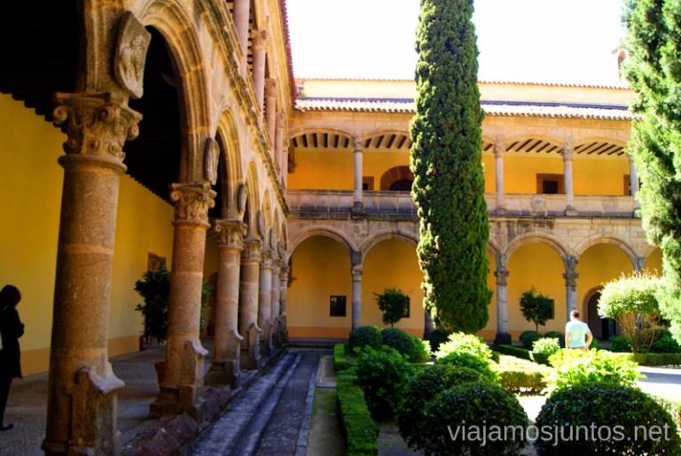 El claustro del Monasterio Ruta de mediodía al Monasterio de Yuste y pueblo-conjunto artístico Garganta la Olla, Extremadura
