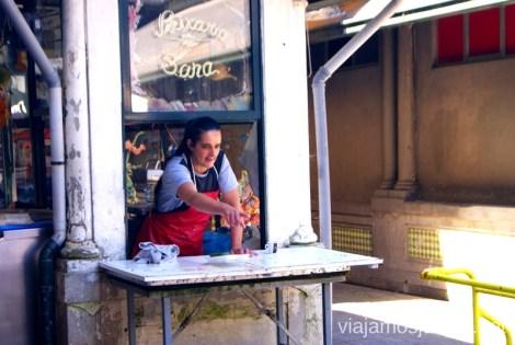 Decía la madre a su hijo que le ayudaba con la mercancía de pescado en el mercado Visitar Oporto, Portugal Que ver y que hacer en Porto #ViajarConSuegra