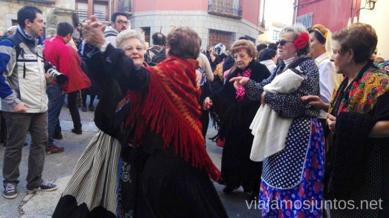 Bailes de serranas en Navalacruz durante la mascarada de harramachos Harramachos de Navalacruz, Ávila Mascaradas Abulenses en Gredos Carnavales