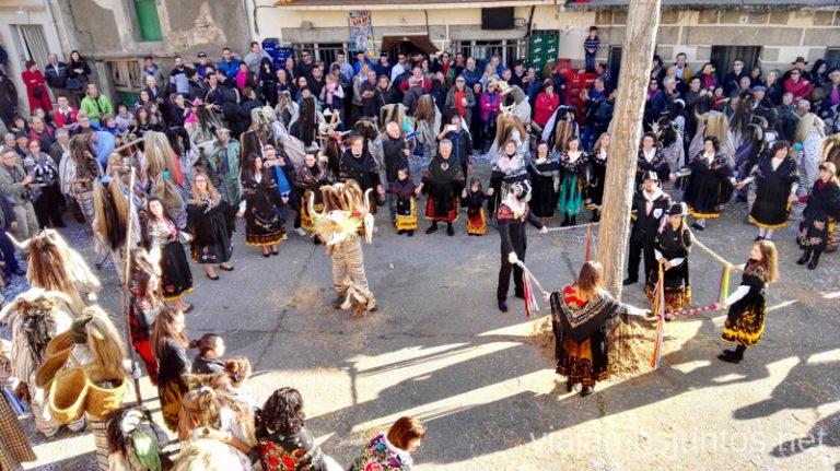 El espectáculo final alrededor del chopo Mascaradas Abulenses en Gredos. Carnavales tradicionales populares Ávila Castilla y León