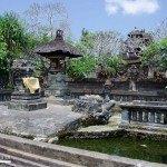2288.-Templo-hay-un-estanque