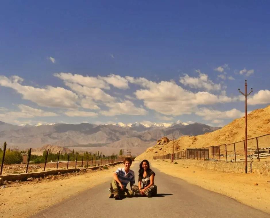 Ariel y Celeste en una ruta a las afueras de Leh