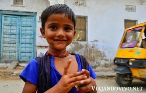 Retrato de una niña en las calles de India