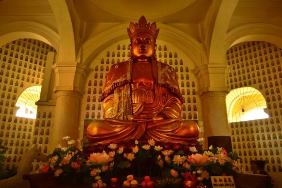 Estatua de Buda sobre flor de loto