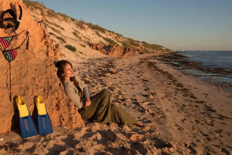 Laura Babahekian al atardecer en la playa