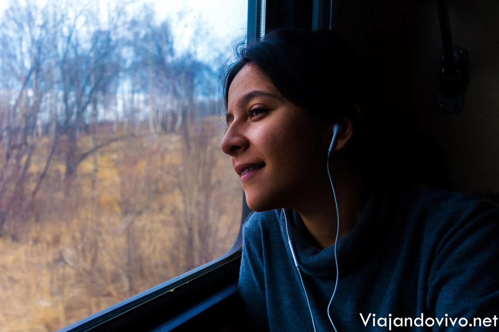 Celeste mirando por la ventana del Tren Transiberiano