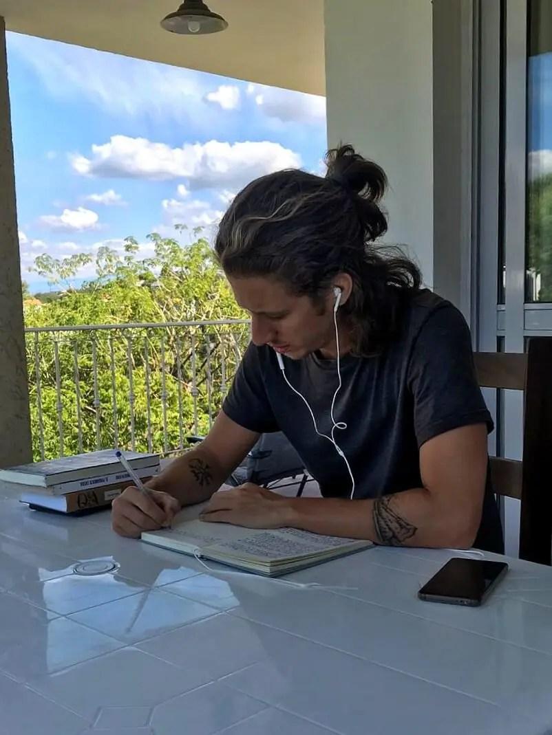 Ariel escribiendo en Carlos Paz