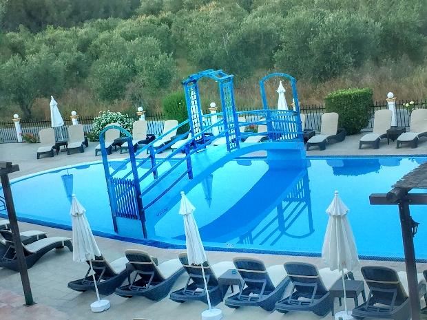 Piscina do hotel Nikos Villas