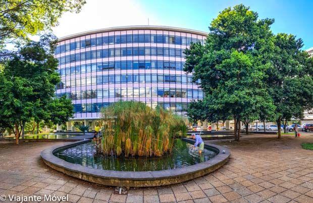 Espelho dágua redondo com plantaçao no meio em frente ao prédio azul da 308 sul Quadra Modelo de Brasília