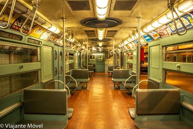 Interior de trem antigo do Museu do Trânsito de Nova York