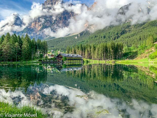 Lago di Mosigo no verão das Dolomitas nos Alpes Italianos