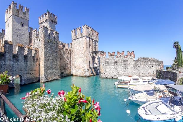 Castello Scaligero di Sirmione no Lago di Garda Dolomitas nos Alpes Italianos