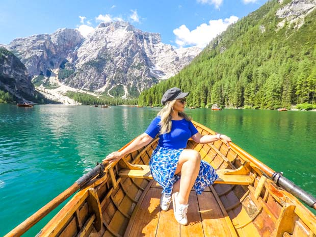 Passeio de barco no Lago di Braies nas Dolomitas, Itália