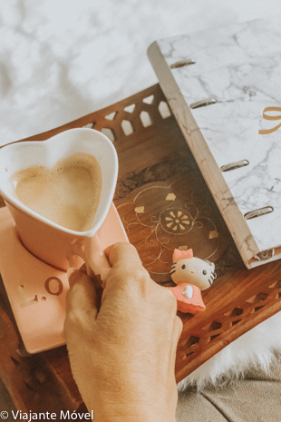 Livros de Viagem Gratuitos e xícara de café