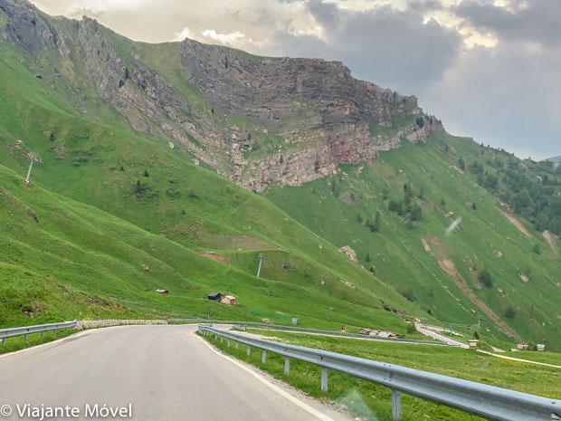 Na estrada numa Viagem de carro pelas Dolomitas na Itália