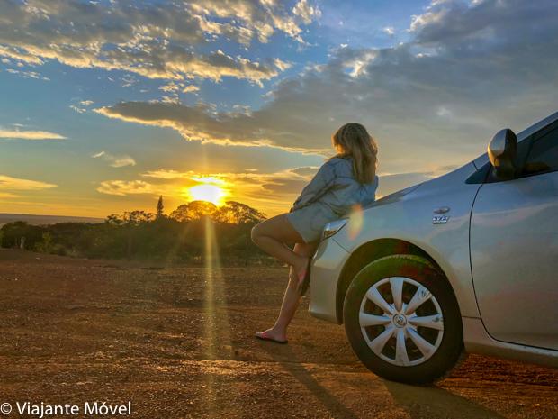 Viagem de carro com por do sol na estrada