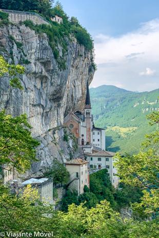 Vista panorâmica do Santuário Madonna della Corona, Itália – incrível igreja encravada na rocha