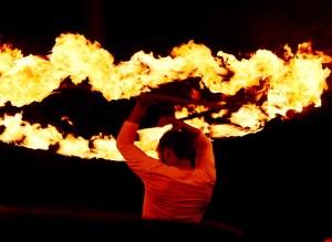 Bailarín con fuego en el festival