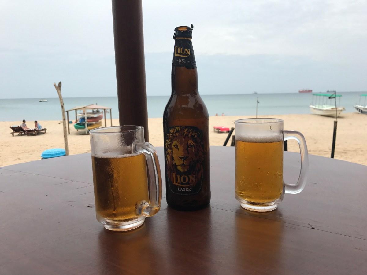 Cervezas en la playa de Uppuveli