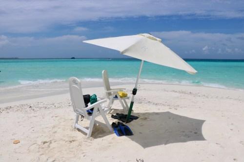 Las sillas y la sombrilla que nos dejaron en el sandbank.
